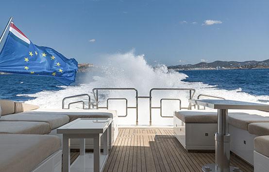 Alquiler yate en Ibiza Mangusta 80 exterior