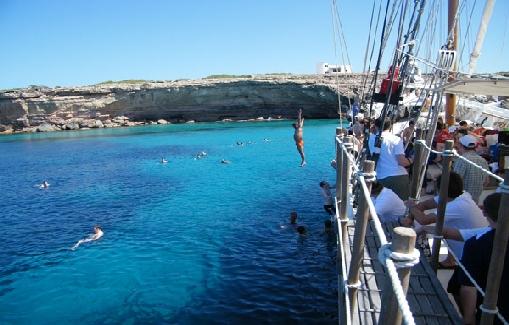 Alquiler de barcos para eventos con capacidad para 150 personas en Ibiza